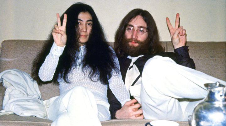 Yoko Ono et John Lennon en 1969, l'année de leur mariage et de l'enregistrement de l'album Abbey Road des Beatles. (LAWRENCE KIRSCH / MAXPPP)