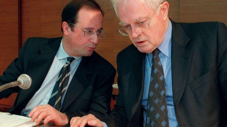 François Hollande et Lionel Jospin, alors premier secrétaire du PS et Premier ministre, le 28 mars 1998 à Paris. (PASCAL GUYOT / AFP)