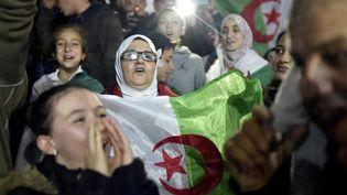 Des manifestants fêtent l'annonce de la démission du président Abdelaziz Bouteflika, mardi 2 avril 2019. (RYAD KRAMDI / AFP)