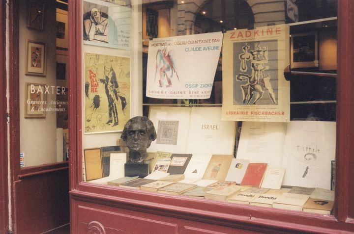 """Reconstitution de la vitrine de la librairie Calligrammes des années 60, dans """"Paris Calligrammes"""" deUlrike Ottinger. (Copyright Ulrike Ottinger)"""