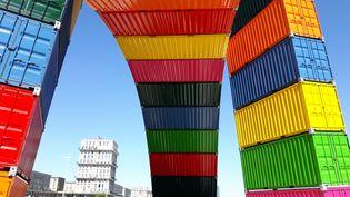 """Parmi les oeuvres spectaculaires présentées au Havre, la """"catène de containers"""", deux arches de conteneurs multicolores sur le quai de Southampton. (RADIO FRANCE / ANNE CHÉPEAU)"""