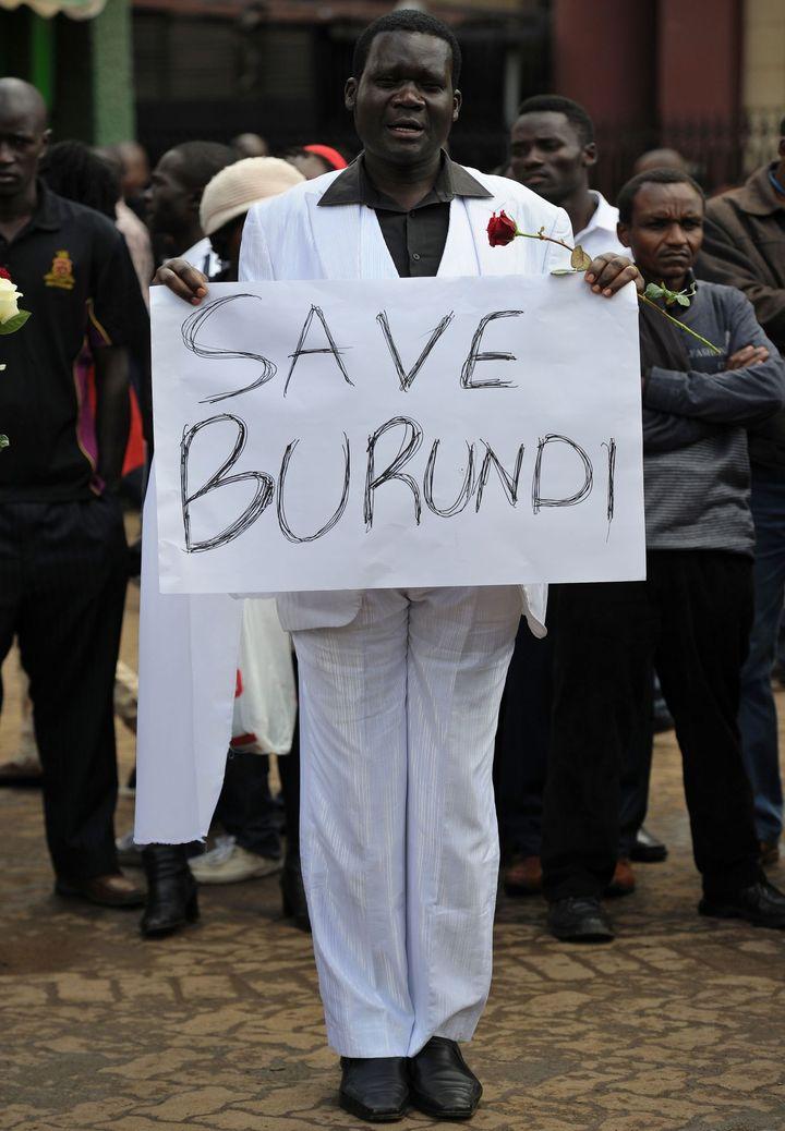 Nairobi au Kenya, le 18 décembre 2015: un homme manifeste contre les récents massacres au Burundi. (TONY KARUMBA / AFP)