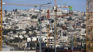 Derrière les constructions du quartier de Har Homa à Jérusalem, le village palestinien d'Umm Tuba où les habitants attendent une vaine normalisation. (THOMAS COEX / AFP)