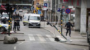 Le lieu de l'attaque au camion bélier à Stockholm en Suède reste sécurisé par les forces de l'ordre, le 8 avril 2017. (ODD ANDERSEN / AFP)