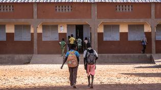 Des enfants devant une école primaire à Dori, au nord-est du Burkina Faso, le 4 février 2020. (OLYMPIA DE MAISMONT / AFP)