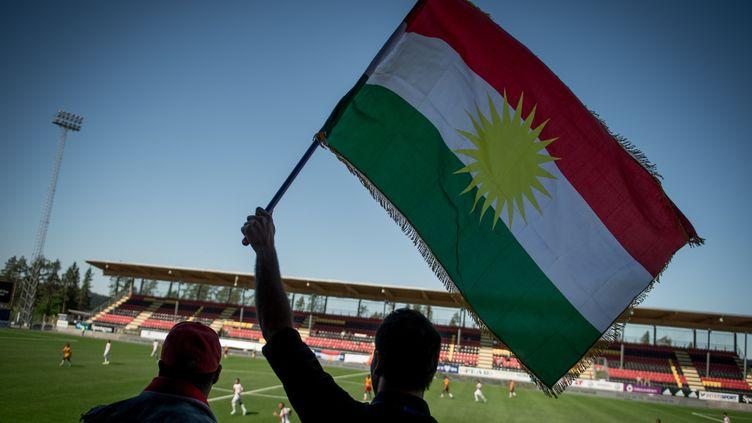 Un drapeau du Kurdistan brandi lors de la première Coupe du monde de la CONIFA en juin 2014, à Oestersund en Suède. (JONATHAN NACKSTRAND / AFP)