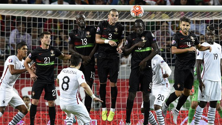 Mathieu Valbuena a libéré les siens d'un joli coup-franc direct (FRANCK FIFE / AFP)