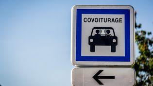 Panneau de signalisation indiquant une zone de covoiturage. (GARO / PHANIE)
