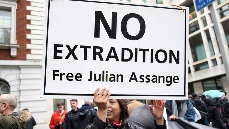 Des manifestants appellent à libérer Julian Assange, à Londres (Royaume-Uni), le 21 octobre 2019. (ISABEL INFANTES / AFP)