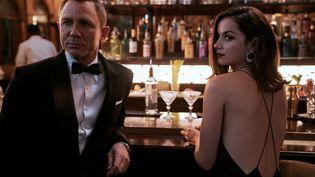 """Daniel Craig et Ana de Armas sont à l'affiche du prochain James Bond : """"No time to die"""", réalisé par Cary Joji Fukunaga (UNIVERSAL PICTURES / ALLOCINÉ)"""
