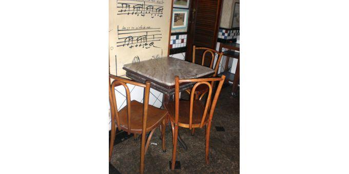 """La table de Tom et Vinicius, et quelques notes de la """"Garota"""", dans leur café (avril 2012)  (Annie Yanbékian)"""
