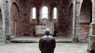 Un visiteur dans l'église du villaged'Oradour-sur-Glane en 2007 (PIERRE ANDRIEU / AFP)