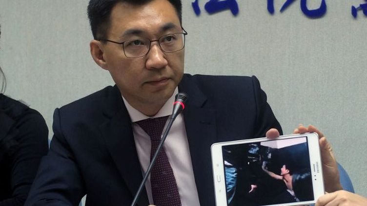 Johnny Chiang, un législateur du parti du Kuomintang (KMT), présente un clip vidéo montrant les Taïwanais détenus dans un poste de police au Kenya, à Taipei, le 12 avril 2016. (SAM YEH / AFP )