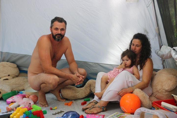 Adrien et Jeanne dans leur tente au camping de Bélézy (Vaucluse), le 6 juillet 2020. (ELISE LAMBERT/FRANCEINFO)