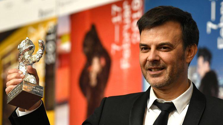 """Le réalisateur François Ozon reçoit le Grand Prix du Jury à la Berlinale pour """"Grâce à Dieu"""", le 16 fevrier 2019."""