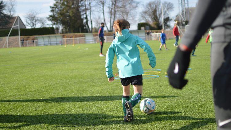 Cet assouplissementvise à faciliter la continuité de l'activité physique encadrée par les associations sportives, notamment durant les vacances scolaires (illustration). (VICTOR VASSEUR / RADIOFRANCE)
