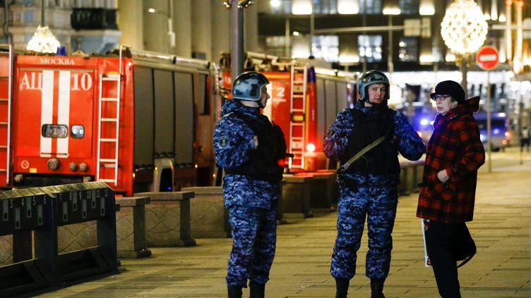 Des membres des forces de l'ordre encadrent un dispositif de sécurité après une fusillade à Moscou (Russie), le 20 décembre 2019. (SEFA KARACAN / ANADOLU AGENCY / AFP)