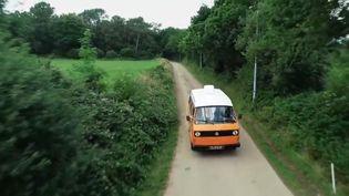 Reportage en combi, le célèbre minivan de Volkswagen, avec une famille sur les routes du Finistère (Bretagne). (FRANCE 2)