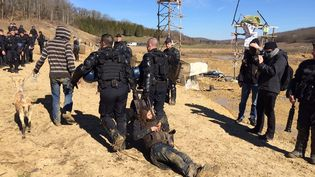 Les forces de l'ordre ont évacué vendredi 6 mars 2015 les opposants au barrage de Sivens qui occupaient le site. (S. DUCHAMPT / FRANCE 3)