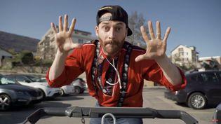 """L""""humoriste suisse MC Roger dans le clip parodique """"Tu stoppes et tu galopes"""" réalisé par Christophe Meyer. (SAISIE ECRAN YOUTUBE)"""