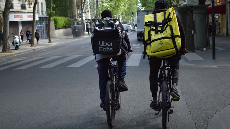 Des livreurs auto-entrepreneurs dans une rue de Paris. Photo d'illustration. (VICTOR VASSEUR / FRANCE-INFO)