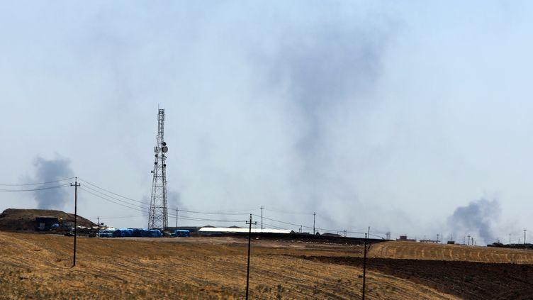Des colonnes de fumée ont été aperçues près de Mossoul (Irak), ici dimanche 17 août 2014, alors que l'armée américaine a annoncé de nouvelles frappes aériennes sur les positions de l'Etat islamique. (AHMAD AL-RUBAYE / AFP)