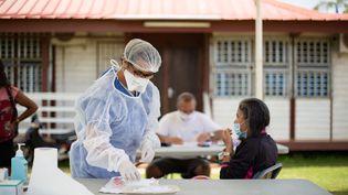 Une infirmière fait passer des tests au Covid-19 à Maripasoula (Guyane), le 18 août 2020. (THIBAUD VAERMAN / HANS LUCAS / AFP)