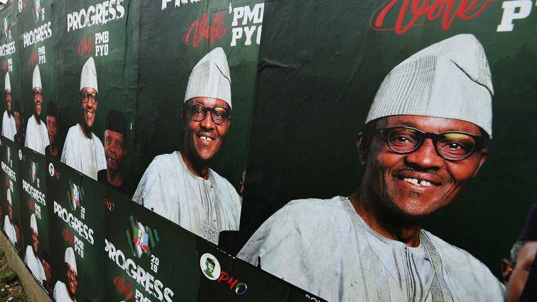 La campagne électorale pour l'élection présidentielle du 16 février 2019 au Nigeria bat son plein. Ici, une affiche représentant le président sortantMuhammadu Buhari, candidat du Congrès des progressistes (APC). (PIUS UTOMI EKPEI / AFP)