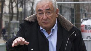DSK, lundi 10 décembre 2012, à la sortie de son appartement, à Paris. (GONZALO FUENTES / REUTERS)