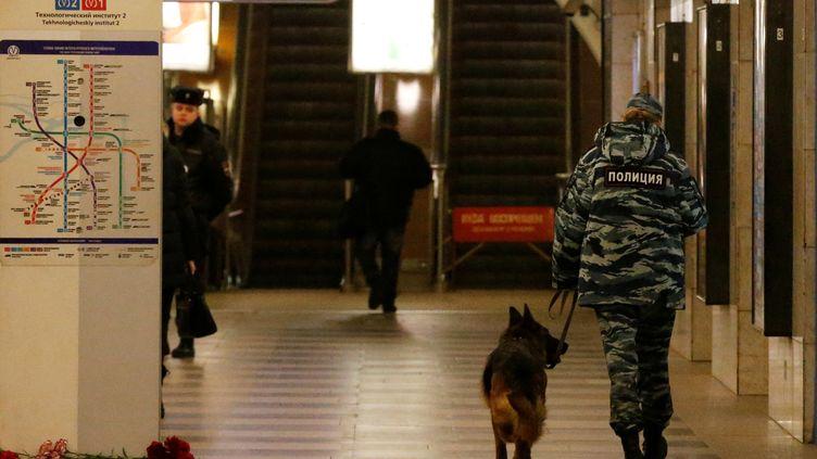 Une policière et son chien, le 4 avril 2017, dans la station du métro de Saint-Pétersbourg (Russie) où un attentat s'est produit la veille. (GRIGORY DUKOR / REUTERS)