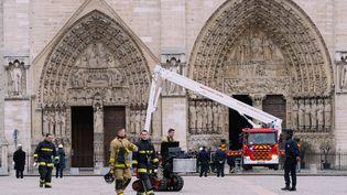 Des pompiers marchent sur le parvis de Notre-Dame de Paris, le 16 avril 2019. (MARIE MAGNIN / HANS LUCAS / AFP)