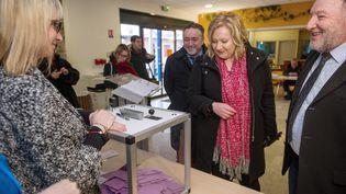 La candidate du FN Sophie Montel (au centre) vote pour le premier tour de la législative partielle dans le Doubs, le 1 février 2015. (SEBASTIEN BOZON / AFP)