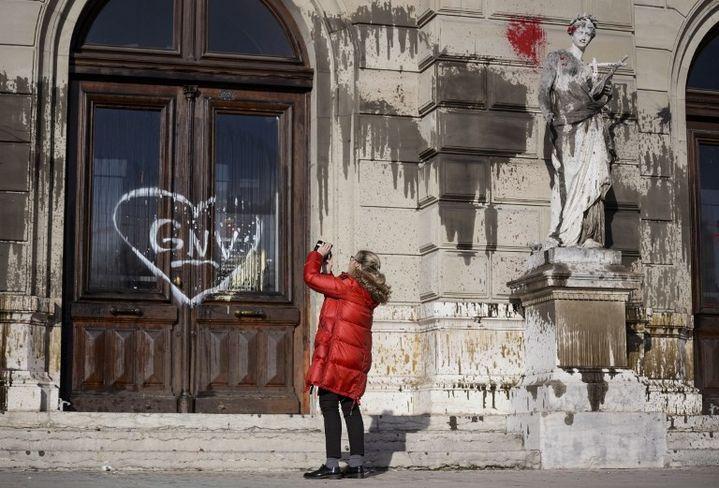 Lesdégâts devant le grand théâtre de Genève de la manifestation pour la culture du 20 décembre 2015  (Fabrice Coffrini / AFP )