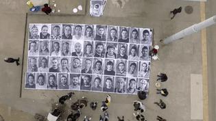 """Le collage """"ll n'y a pas de murs entre nous"""" de Genève qui expose les visages de 51 réfugiés est soutenu par le photographe JR  (France 3 / Culturebox)"""