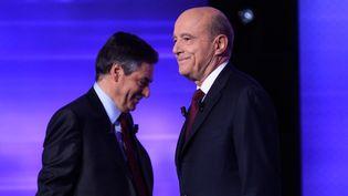 François Fillon et Alain Juppé lors du débat final de la primaire de la droite, jeudi 24 novembre. (MAXPPP)