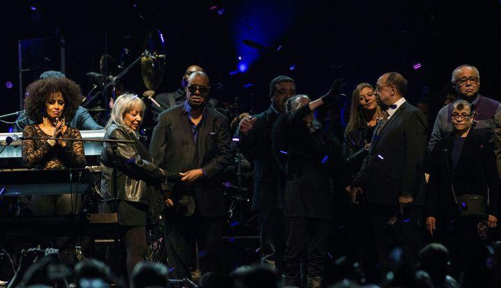 Stevie Wonder et la soeur de Prince, lors du concert d'hommage au chanteur le 13 octobre 2016 à Saint Paul, dans le Minnesota.  (STEPHEN MATUREN / AFP)