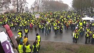 """Des """"gilets jaunes"""" à Bourges (Cher), samedi 12 janvier. (CAPTURE ECRAN FRANCE 2)"""