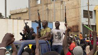 Des soldats maliens en civil traversent la foule le 18 août 2020, à Bamako. (MALIK KONATE / AFP)