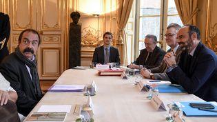 Philippe Martinez, secrétaire général de la CGT, face au Premier ministre, Edouard Philippe, et au haut-commissaireaux retraites,Jean-Paul Delevoye, le 26 novembre 2019, lors d'une rencontre à Matignon, à Paris. (BERTRAND GUAY / AFP)