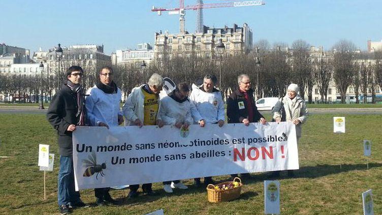 (Les apiculteurs ont déployé une banderole devant l'Assemblée nationale © RF / Anne-Laure Barral)