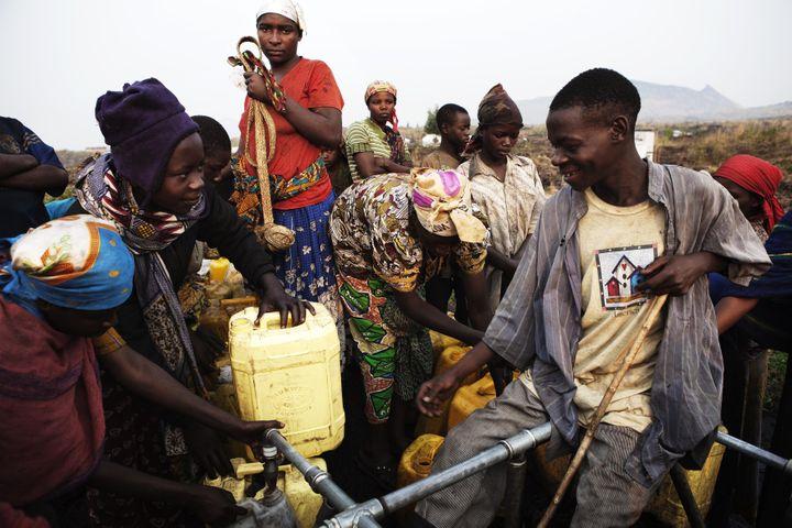 Un groupe de ygmées puise de l'eau près du village de Mugunga, à l'ouest de Goma, en République démocratique du Congo. (FINBARR O'REILLY / REUTERS)
