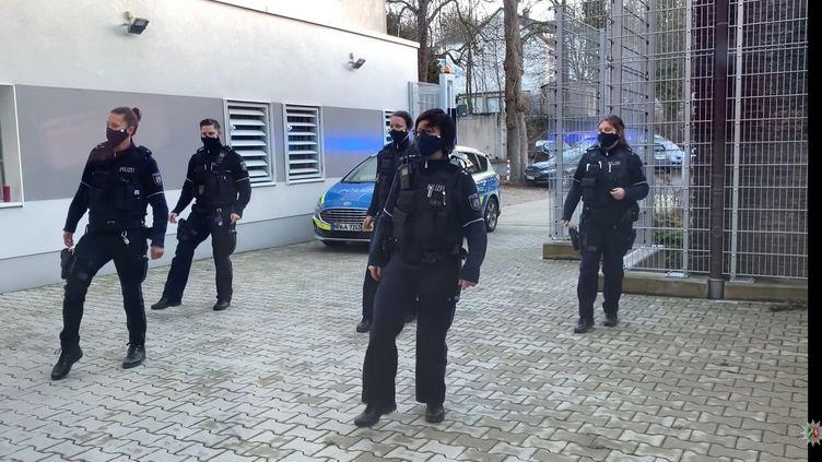 """Policiers allemands dans un clip réalisé dans le cadre du""""Jerusalema challenge"""" (Capture d'écran YouTube)"""