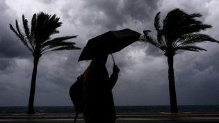 Un homme se promène à Nice (illustration). (VALERY HACHE / AFP)