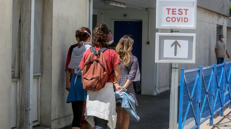 Un groupe de plusieurs personnes se deplacent en direction d'un laboratoire pour realiser un test de depistage Covid-19 au centre hospitalier de Valence. (NICOLAS GUYONNET / HANS LUCAS)