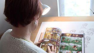 """La bande-dessinée """"Le Petit derrière de l'Histoire"""" raconte les aventures de Marie, une ingénieure quantique. (FRANCEINFO)"""