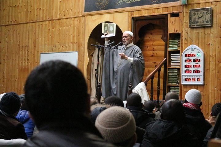 L'imam Larbi Kechat lors de la grande prière du vendredi, le 9 janvier 2015 à la mosquée Adda'wa (Paris). (BENOIT ZAGDOUN / FRANCETV INFO)