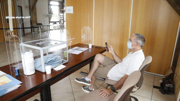 Un assesseur attend les électeurs dans un bureau de vote dans lesAlpes-de-Haute-Provence, lors du premier tour des élections régionales et départementales, le 20 juin 2021. (CAMOIN ERIC / MAXPPP)