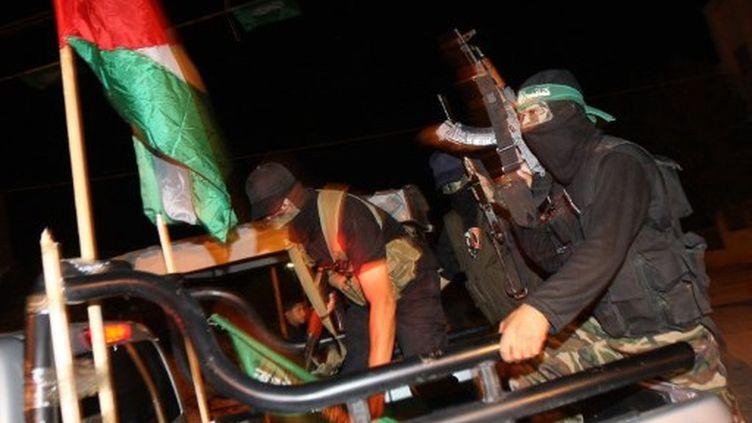 Des militants du Hamas patrouillent avant l'opération de libération, à Khan Younis, dans la Bande de Gaza. (AFP PHOTO/ SAID KHATIB)