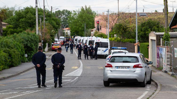 Des policiers à proximité des lieux de la prise d'otages, le 7 mai 2019 à Blagnac (Haute-Garonne). (PABLO TUPIN  / HANS LUCAS / AFP)