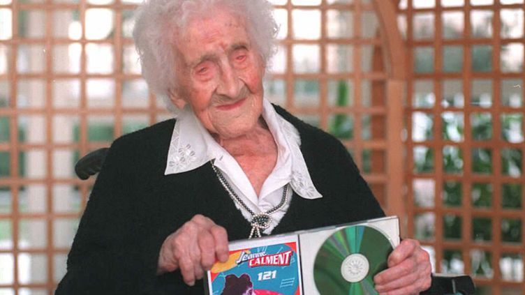 Jeanne Calment fête ses 121 ans à Arles, le 15 février 1996. (AFP)